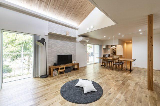 「外断熱・高性能住宅」ならではのダイナミックな匂配天井と吹き抜け空間~間接照明のある木質天井に包まれた広々としたリビングにご家族の笑い声が響きます。