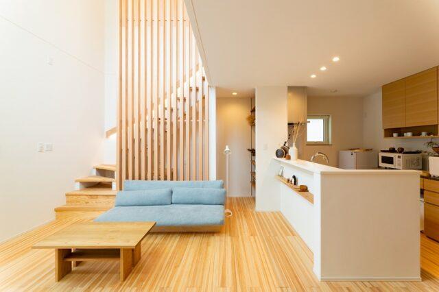 ダイナミックな吹抜けに木製ルーバーを配置、全館空調の快適さを体感出来る等身大の住まいは、明るい無垢の杉板で和の趣を持つナチュラルな空間に!